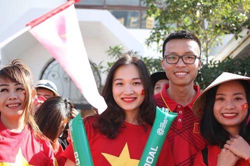 Ngắm dàn mỹ nữ khoe sắc trên khán đài trận Việt Nam - Iran - Ảnh 3
