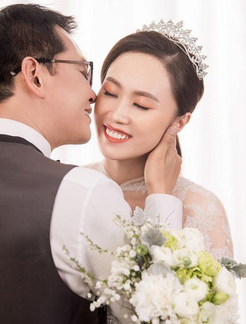 NSND Trung Hiếu hé lộ ảnh cưới ngọt ngào với cô dâu kém 19 tuổi - Ảnh 2