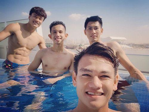Tuyển thủ Việt Nam khoe body ở hồ bơi, Bùi Tiến Dũng thành tâm điểm - Ảnh 1