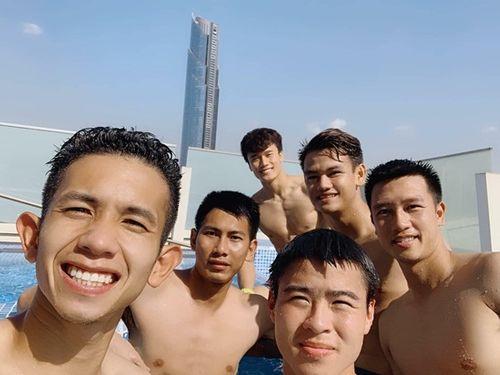 Tuyển thủ Việt Nam khoe body ở hồ bơi, Bùi Tiến Dũng thành tâm điểm - Ảnh 2