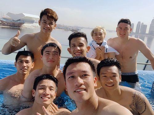 Tuyển thủ Việt Nam khoe body ở hồ bơi, Bùi Tiến Dũng thành tâm điểm - Ảnh 3