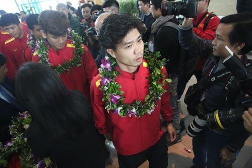 Thầy trò HLV Park Hang-seo cười tươi rói vẫy tay với người hâm mộ khi vừa đến sân bay - Ảnh 2