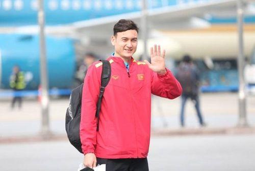 Thầy trò HLV Park Hang-seo cười tươi rói vẫy tay với người hâm mộ khi vừa đến sân bay - Ảnh 6