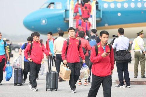 Thầy trò HLV Park Hang-seo cười tươi rói vẫy tay với người hâm mộ khi vừa đến sân bay - Ảnh 7