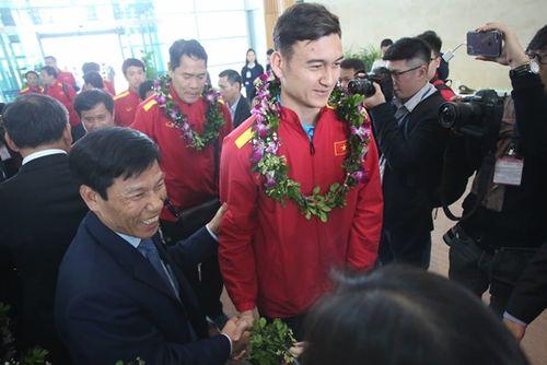 Thầy trò HLV Park Hang-seo cười tươi rói vẫy tay với người hâm mộ khi vừa đến sân bay - Ảnh 3