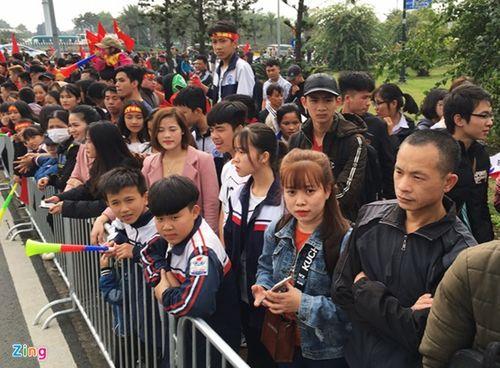 Thầy trò HLV Park Hang-seo cười tươi rói vẫy tay với người hâm mộ khi vừa đến sân bay - Ảnh 11
