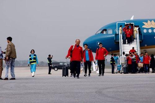 Thầy trò HLV Park Hang-seo cười tươi rói vẫy tay với người hâm mộ khi vừa đến sân bay - Ảnh 5