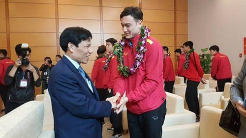 Tuyển Việt Nam nhận lì xì của Bộ trưởng Bộ VHTT&DL khi vừa tới sân bay - Ảnh 3