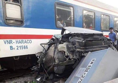 Liều mạng băng qua đường sắt, ô tô 4 chỗ bị tàu hỏa tông bẹp dúm - Ảnh 2