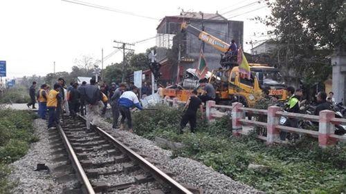 Liều mạng băng qua đường sắt, ô tô 4 chỗ bị tàu hỏa tông bẹp dúm - Ảnh 1