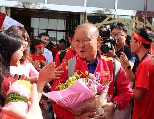 ĐT Việt Nam được vây kín tại sân bay khi vừa đến UAE dự Asian Cup - Ảnh 1