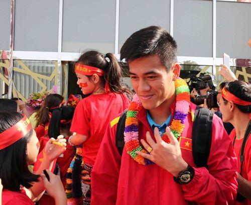 ĐT Việt Nam được vây kín tại sân bay khi vừa đến UAE dự Asian Cup - Ảnh 3