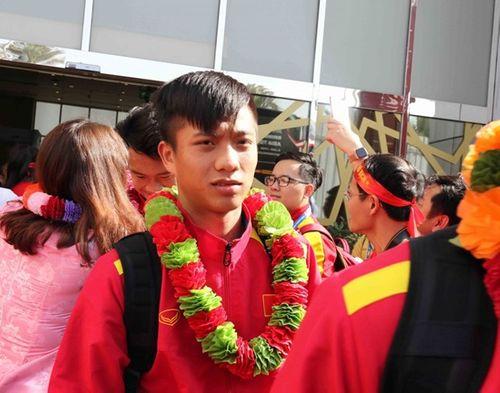 ĐT Việt Nam được vây kín tại sân bay khi vừa đến UAE dự Asian Cup - Ảnh 6