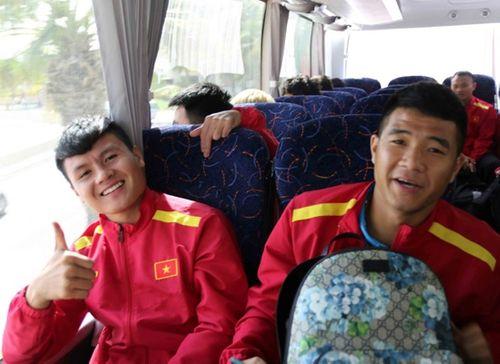 ĐT Việt Nam được vây kín tại sân bay khi vừa đến UAE dự Asian Cup - Ảnh 7