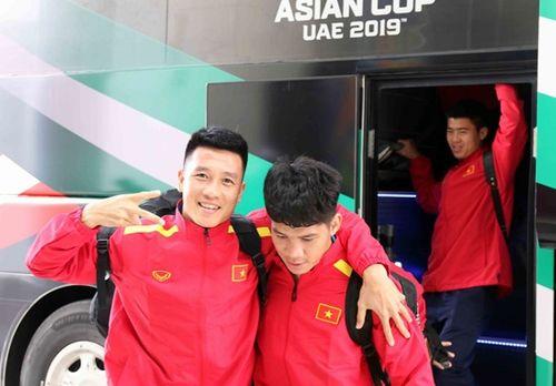 ĐT Việt Nam được vây kín tại sân bay khi vừa đến UAE dự Asian Cup - Ảnh 8