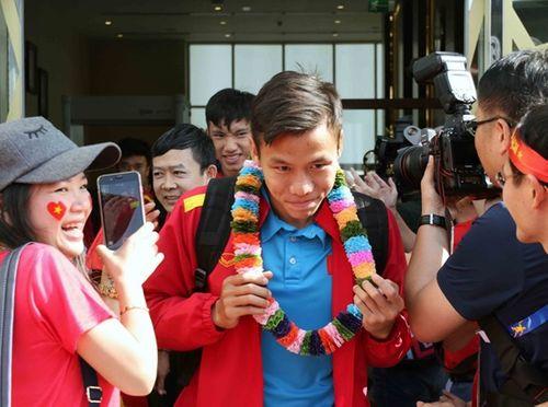 ĐT Việt Nam được vây kín tại sân bay khi vừa đến UAE dự Asian Cup - Ảnh 4