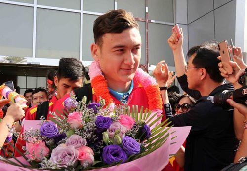 ĐT Việt Nam được vây kín tại sân bay khi vừa đến UAE dự Asian Cup - Ảnh 5