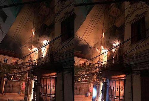 Lửa thiêu rụi nhà 4 tầng ở Hà Nội, 2 người bị thương - Ảnh 1