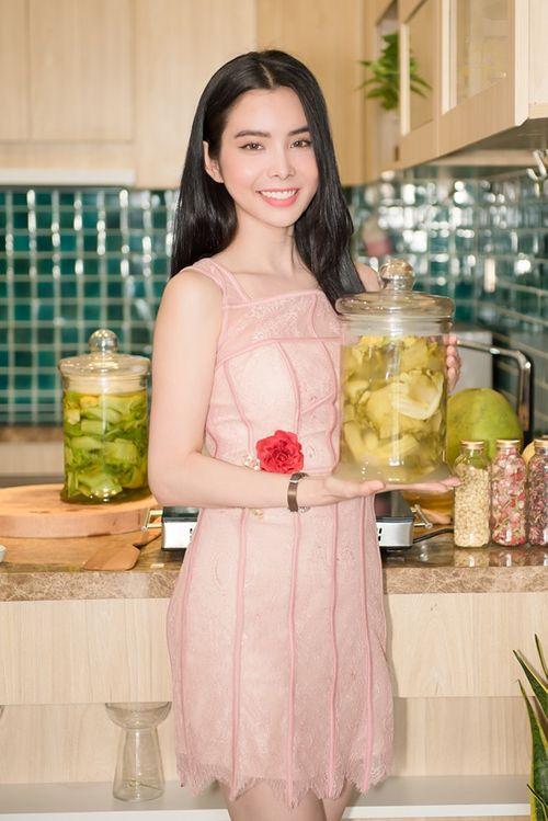 """Người đẹp Huỳnh Vy """"xắn tay"""" vào bếp ngày Tết dạy cách muối dưa cải - Ảnh 2"""