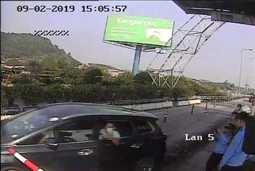 Khởi tố tài xế lái ô tô đâm cọc tiêu vượt trạm thu phí BOT Bến Thủy 2 - Ảnh 1