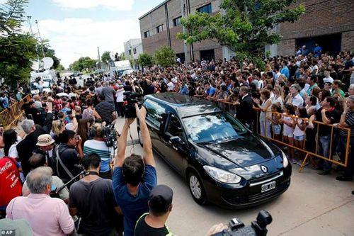 Hàng nghìn người hâm mộ ở quê nhà tiễn đưa ngôi sao xấu số Sala - Ảnh 2