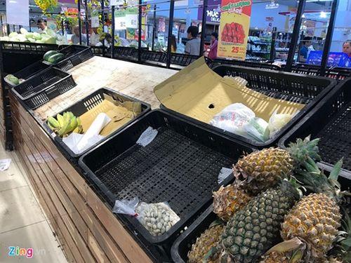 """Người dân đổ xô đi """"vét"""" hàng siêu thị, mua đồ giảm giá ngày 30 Tết - Ảnh 1"""