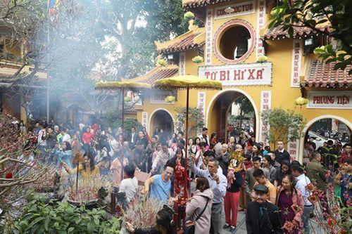 Người dân tấp nập đi chùa cầu may ngày đầu năm mới Kỷ Hợi 2019 - Ảnh 2