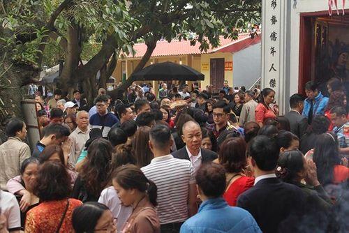 Người dân tấp nập đi chùa cầu may ngày đầu năm mới Kỷ Hợi 2019 - Ảnh 3