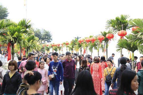 Người dân tấp nập đi chùa cầu may ngày đầu năm mới Kỷ Hợi 2019 - Ảnh 5