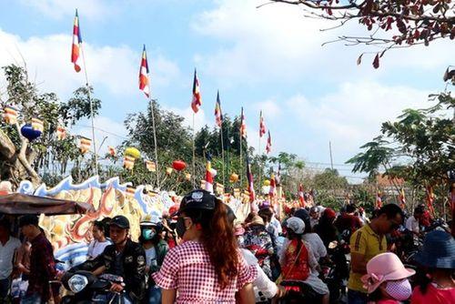 Người dân tấp nập đi chùa cầu may ngày đầu năm mới Kỷ Hợi 2019 - Ảnh 8