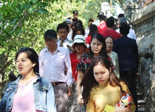 Người dân tấp nập đi chùa cầu may ngày đầu năm mới Kỷ Hợi 2019 - Ảnh 9