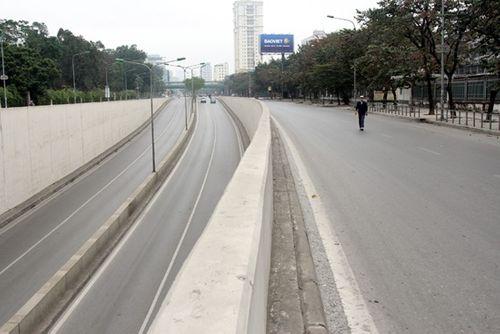 Thủ đô Hà Nội bỗng yên bình, cổ kính lạ thường buổi sáng mùng 1 Tết - Ảnh 1