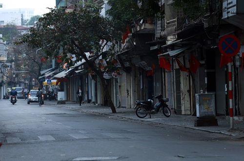 Thủ đô Hà Nội bỗng yên bình, cổ kính lạ thường buổi sáng mùng 1 Tết - Ảnh 4