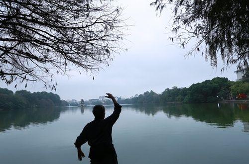 Thủ đô Hà Nội bỗng yên bình, cổ kính lạ thường buổi sáng mùng 1 Tết - Ảnh 5
