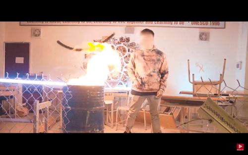 Rapper Việt gây phẫn nộ khi tự ý đốt sách vở học sinh khi đến trường quay MV - Ảnh 1