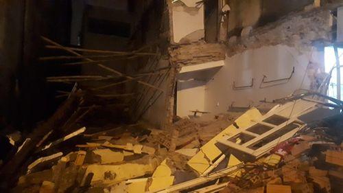 Ngôi nhà 2 tầng ở trung tâm TP Thanh Hóa đổ sập, người dân hoảng hốt tháo chạy - Ảnh 1