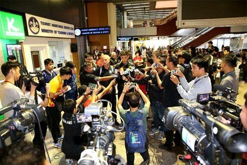 """HLV U23 Thái Lan cúi đầu xin lỗi sau khi về nước vì """"thất bại nặng nề nhất trong sự nghiệp"""" - Ảnh 1"""