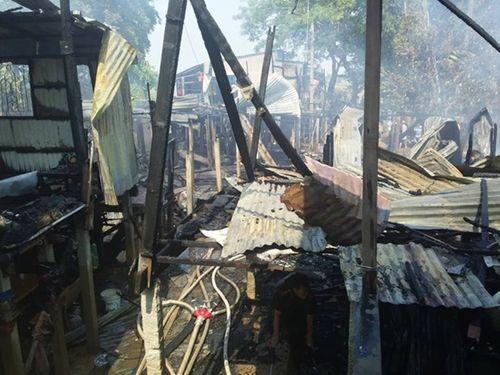 An Giang: Hỏa hoạn thiêu rụi 10 căn nhà gỗ, vất vả dập lửa suốt hơn 2 giờ - Ảnh 1