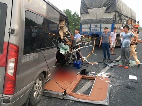 Tin tai nạn giao thông mới nhất ngày 6/3/2019: Xe Limousine 16 chỗ đâm xe đầu kéo, 4 người thương vong - Ảnh 1