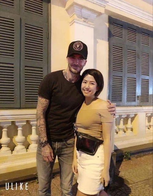 David Beckham thân thiện xuống phố đi bộ khoác vai chụp ảnh cùng fan Việt - Ảnh 2