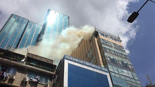 Cháy nhà hàng ở cao ốc trung tâm TP.HCM, người dân và du khách hoảng loạn - Ảnh 1