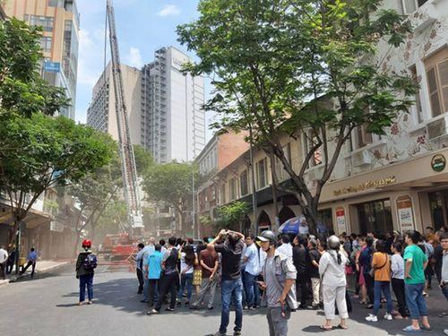 Cháy nhà hàng ở cao ốc trung tâm TP.HCM, người dân và du khách hoảng loạn - Ảnh 2