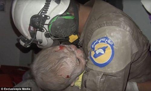 Lính cứu hộ Syria khóc òa khi cứu bé gái sau cuộc không kích - Ảnh 1