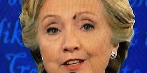 Lý do bà Clinton không phản ứng khi bị ruồi đậu lên mặt - Ảnh 1