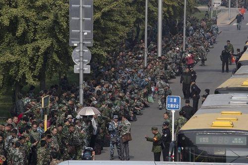 Hơn 1.000 cựu binh biểu tình về chuyện lương bổng tại Bộ Quốc phòng Trung Quốc - Ảnh 1