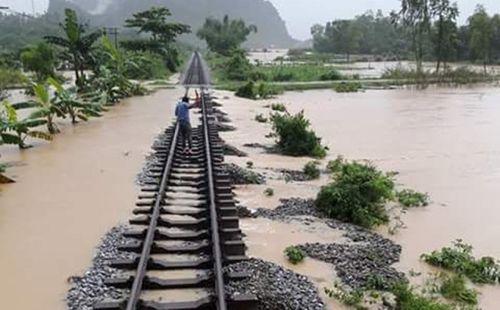 Ngành đường sắt chuyển hơn 1.000 hành khách ra khỏi vùng lũ - Ảnh 1