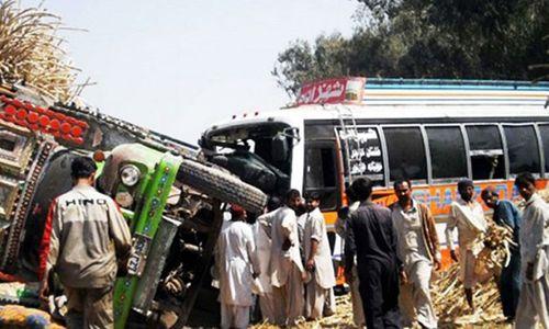 2 xe buýt đấu đầu, ít nhất 30 người thiệt mạng - Ảnh 1