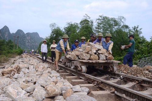 Đường sắt, đường bộ tại Quảng Bình thông tuyến sau lũ - Ảnh 1