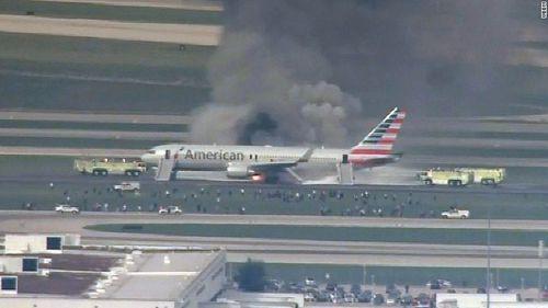 Máy bay chở 170 người cháy ngùn ngụt trên sân bay Chicago, Mỹ - Ảnh 1