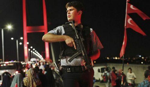 Hơn 12.000 cảnh sát bị đình chỉ sau vụ đảo chính bất thành ở Thổ Nhĩ Kỳ  - Ảnh 1